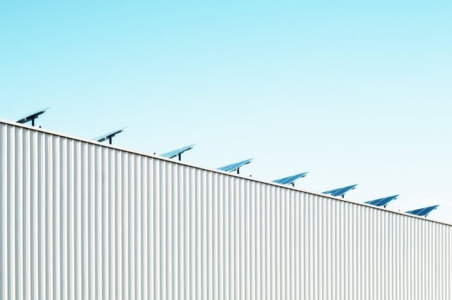 Solar power panels on a rooftop. Photo by: Scott Webb / Pexels.com