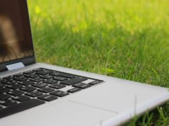 A laptop in grass. Photo by: Tofros.com / Pexels.com
