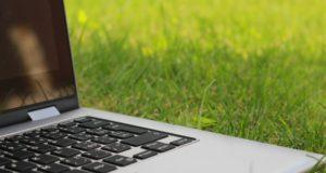A laptop in grass. Photo by: Tofros.com / Pexels.com